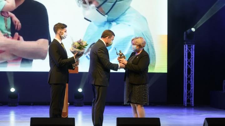 Губернатор вручил премии ко Дню медика врачам, больницам и бизнесменам. Публикуем фото с церемонии
