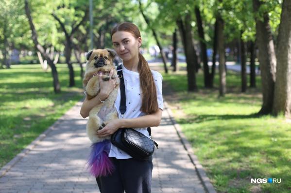 Лиза и ее собака Дейзи: поскольку девушка грумер, она испробовала краску на своем питомце