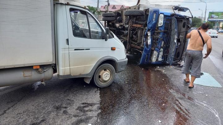 Тормозил об бордюр: в Волгограде неуправляемый грузовик с мясом протаранил три машины