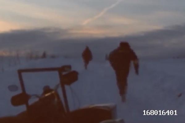 Автоинспектор бежит за мотоциклистом, бросившим своего «железного коня»