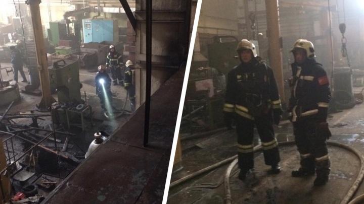 В Рыбинске загорелся завод асфальтовых катков: что происходит внутри