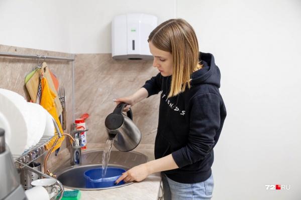 Тюменцы жалуются на запах воды уже третью неделю