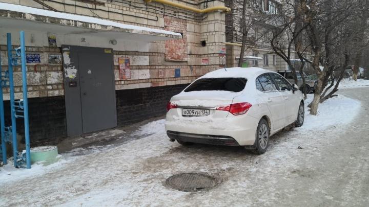 «А мне ну очень надо»: автохамы Волгограда полностью игнорируют требования знаков и разметки