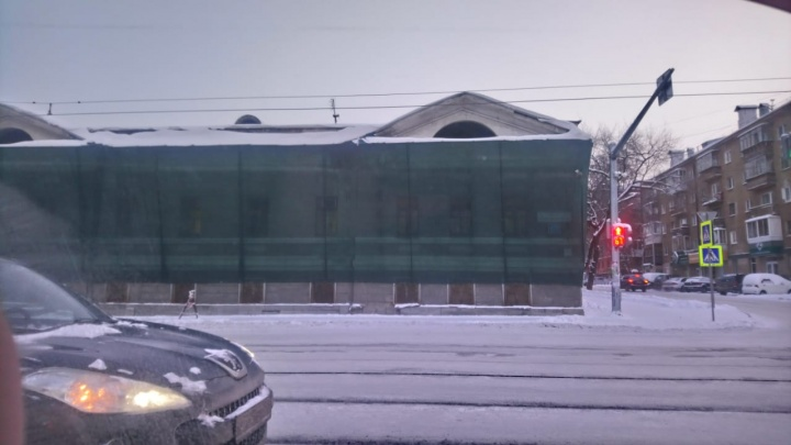 «Могут пострадать люди». В Екатеринбурге здание военкомата закрыли сеткой