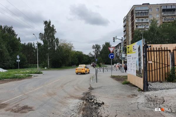 В том месте, где машина поворачивает направо (на улицу Бардина), будет установлен светофор