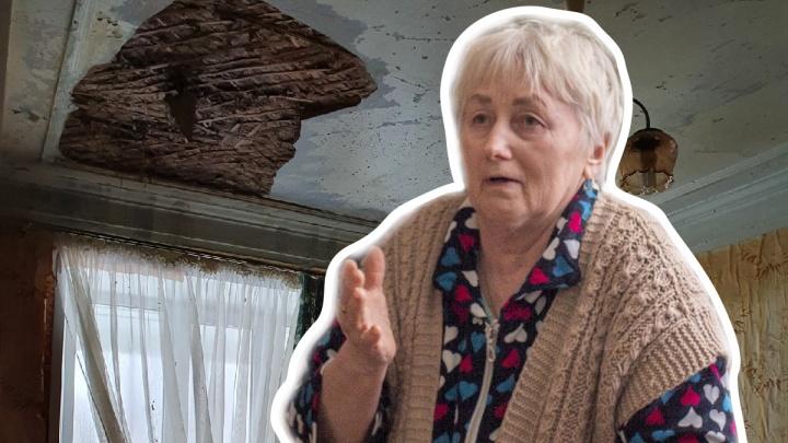 «Как мне теперь жить-то?»: из-за лопнувшей у соседей трубы на бабушку с внуком рухнул потолок