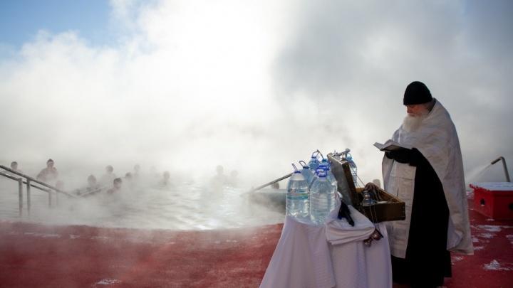 Окунались в ледяную воду и сдерживали эмоции. Как проходило крещенское купание в Тюмени