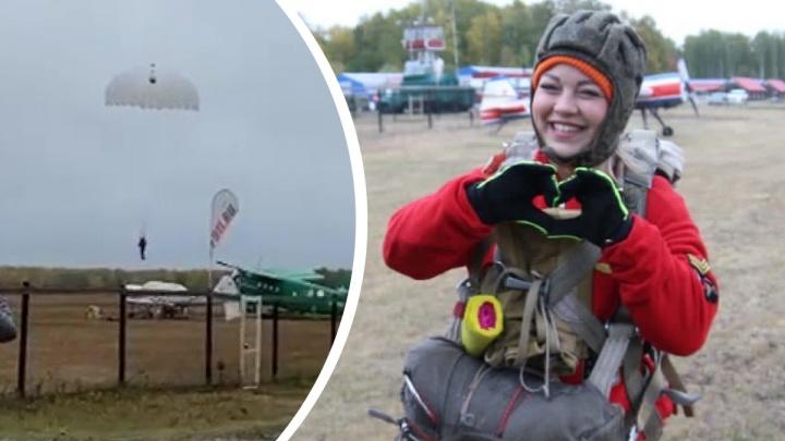В Логиново парашютистка приземлилась в груду металла. Видео