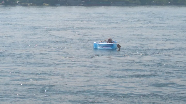Двое парней сплавились на надувном бассейне по глубокому Енисею