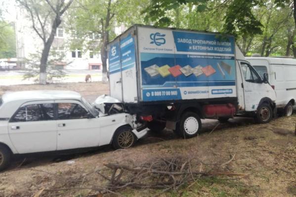 Автомобилист протаранил припаркованные авто