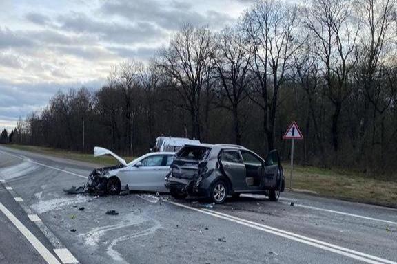 Машины раскидало по дороге