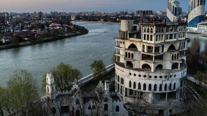 Замок-недострой на Затоне заберут в собственность Краснодара, чтобы сделать в нём детский центр