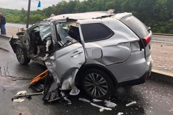 Судя по всему, автомобиль отбросило на другую сторону дороги