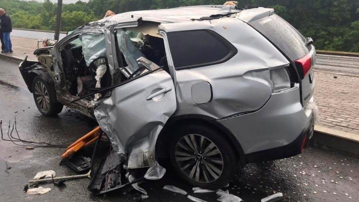 Сорвало дверь: на Московском шоссе Mitsubishi влетел в столб