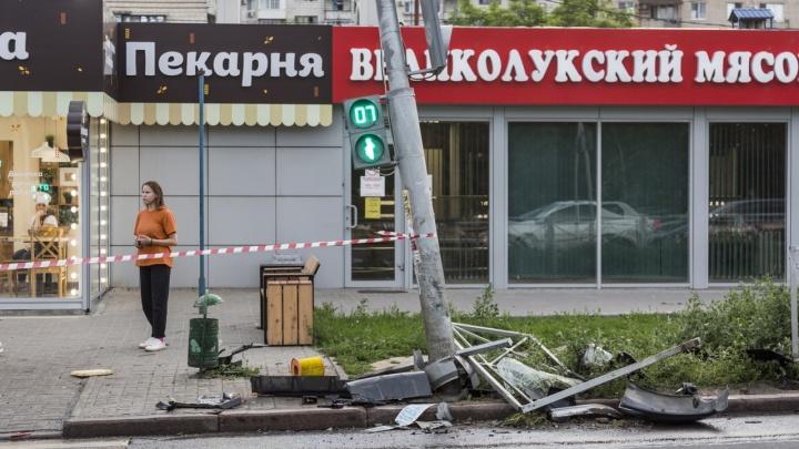 В Волгограде заменят снесенную маршруткой стойку светофора