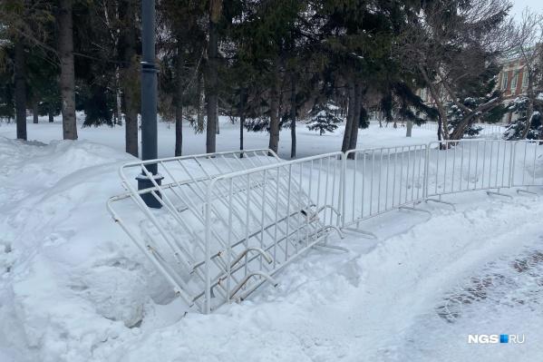 Некоторые заборчики в Первомайском сквере упали из-за ветра<br>