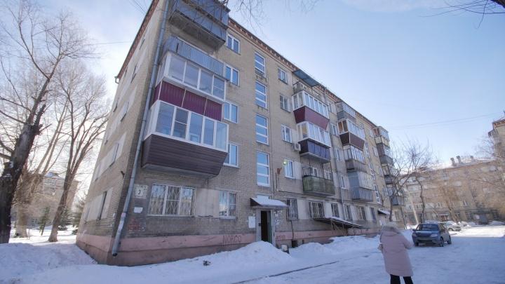 В Челябинске молодая пара выпала из окна на четвертом этаже