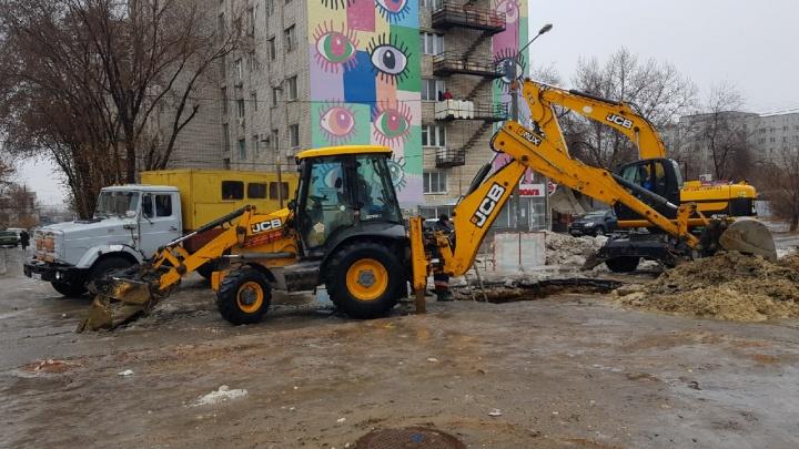 Еще бы наледь убрали: в Волгограде починили текущую трубу на улице Хиросимы