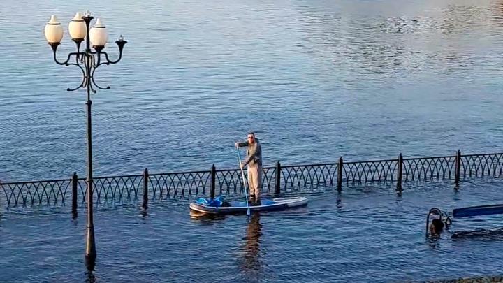 В Рыбинске по затопленной набережной катаются на сапборде. Видео