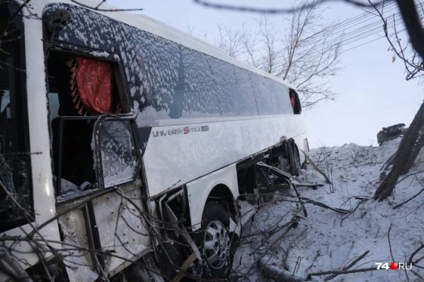 После столкновения с трактором автобус улетел в кювет