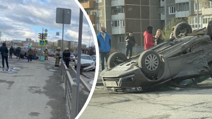 Налетела на бордюр и опрокинулась: момент столкновения Lada и Chevrolet на Таватуйской попал на видео