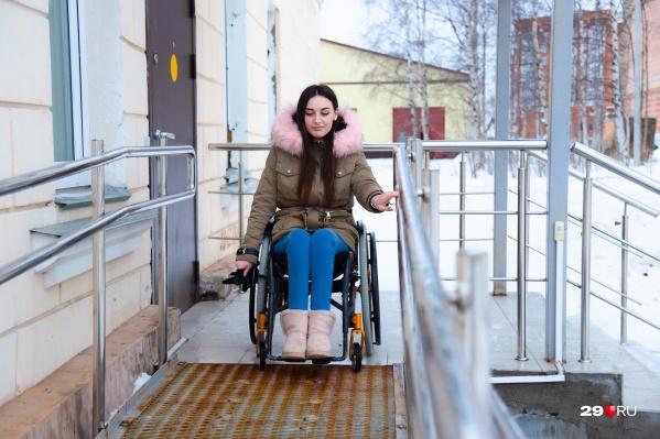 Если вы встретили человека с инвалидностью на улице и хотите ему чем-то помочь, обязательно сначала поинтересуйтесь, нужно ли ему это — так советует Есения