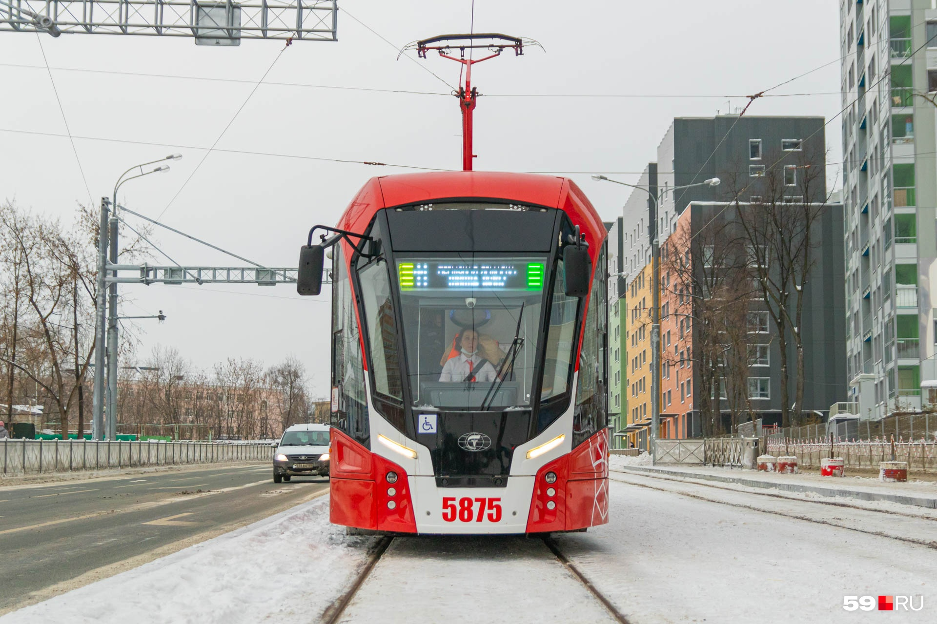 На табло трамвая высвечиваются остановки
