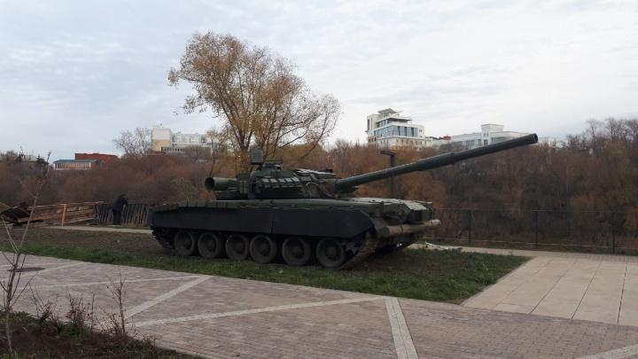 Вы будете смеяться: танк с набережной Оми снова переехал