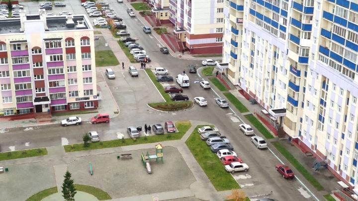 На Первомайке под окном многоэтажки обнаружили тело мужчины