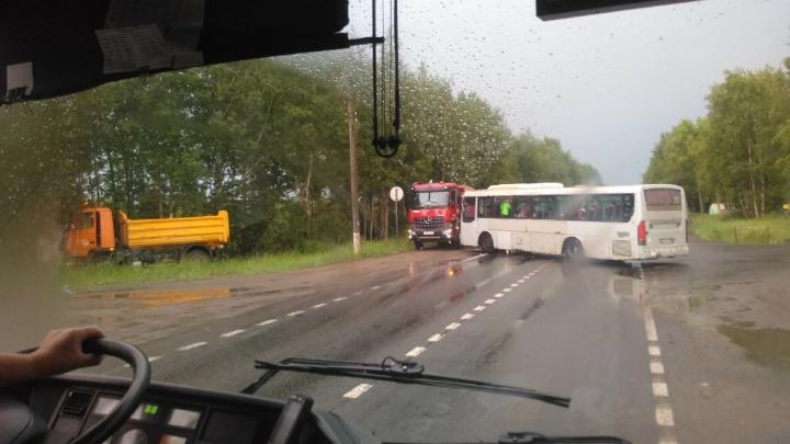 Два пассажира пострадали при столкновении автобуса и грузовика в Северодвинске