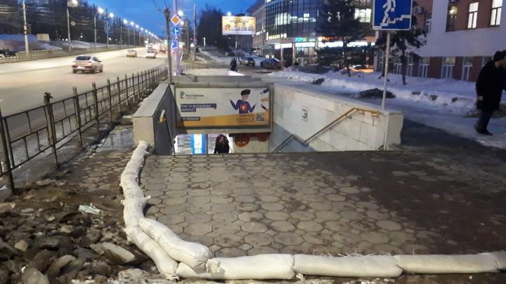 Мешки с песком как отдельный сорт стыдобы: колонка о талом снеге в центре города