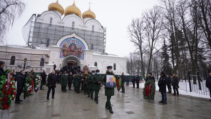 Под слезы и залпы: в Ярославле простились с погибшим в ДТП спикером облдумы