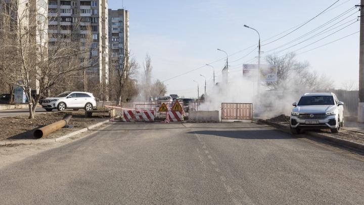 В центре Волгограда прорвало теплопровод. Отключена подача воды в жилые дома