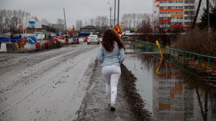Как утонуть в грязи за минуту: в белых джинсах и кедах гуляем по весенней Тюмени — эксперимент 72.RU