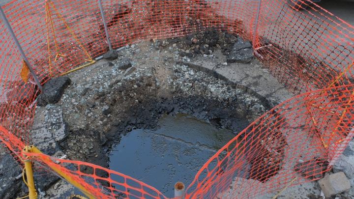 В Перми начали откачивать мазут, найденный под землей во дворе жилого дома