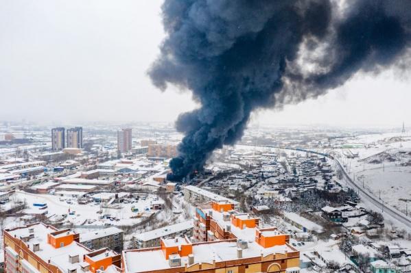 Пожар произошел на складе на Калинина