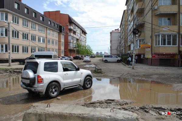 Отсутствие нормальных дорог в поселке местные жители считают главной проблемой
