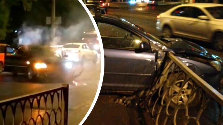 «На полном ходу снесла»: на Уралмаше иномарка задымилась после лобового ДТП. Видео
