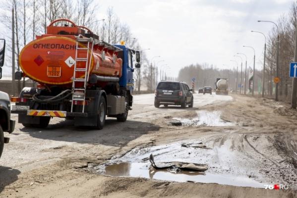 По обочинам разбросаны части от автомобилей, которые попадают в аварию на магистрали
