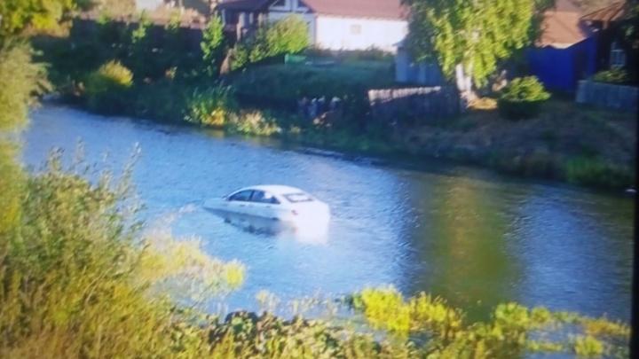 На Урале таксист попытался проехать вброд через реку, но его автомобиль поплыл