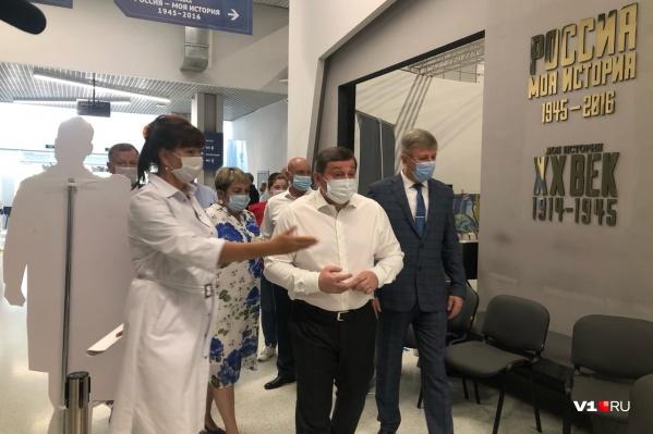 Андрей Бочаров пришел в пункт вакцинации в маске
