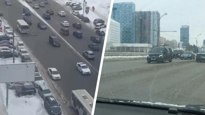 По центру Новосибирска проехал кортеж автомобилей с полицией — публикуем видео