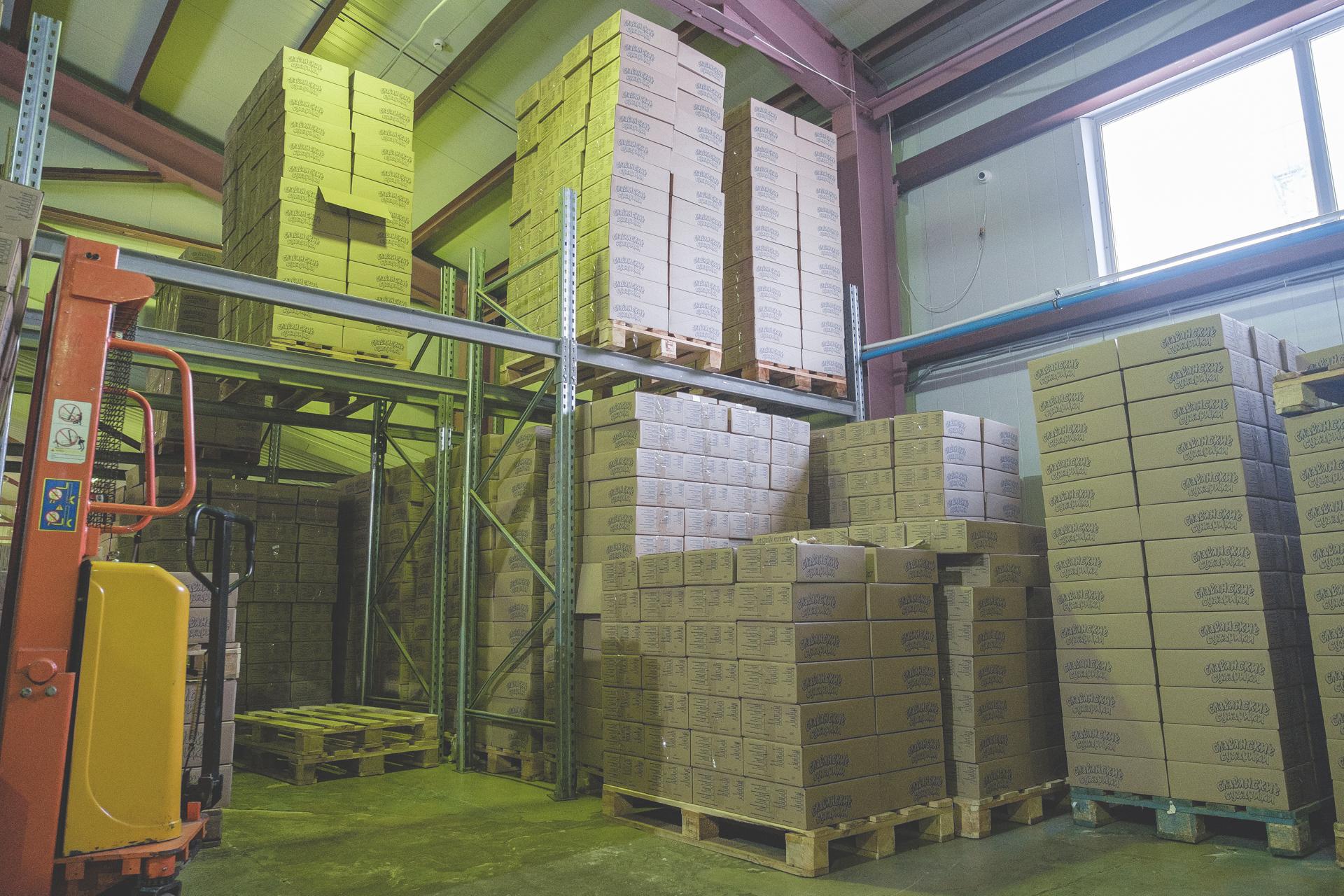Цвет надписей на коробках зависит от того, сухарики или гренки лежат внутри