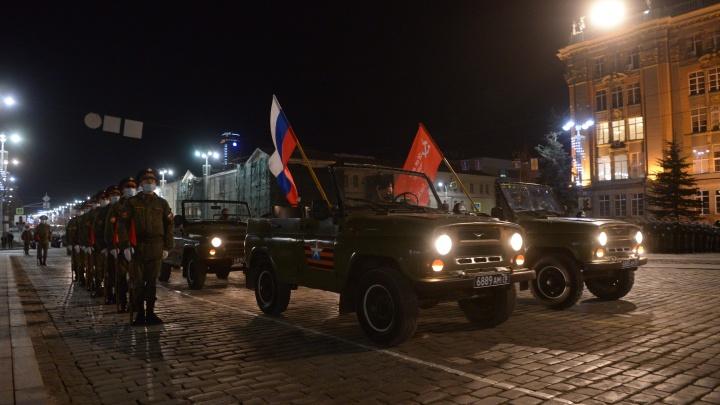 Стройные ряды из тысяч военных: в Екатеринбурге провели первую ночную репетицию парада Победы