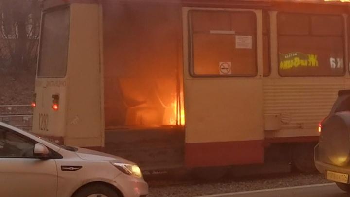 «Люди кричали, что пахнет дымом»: в Челябинске на ходу загорелся трамвай