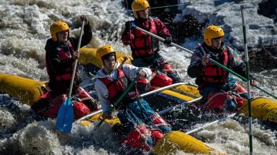 Покорители порогов: 80новосибирских подростков сплавились по деревенской речке на катамаранах— 12 экстремальных фото