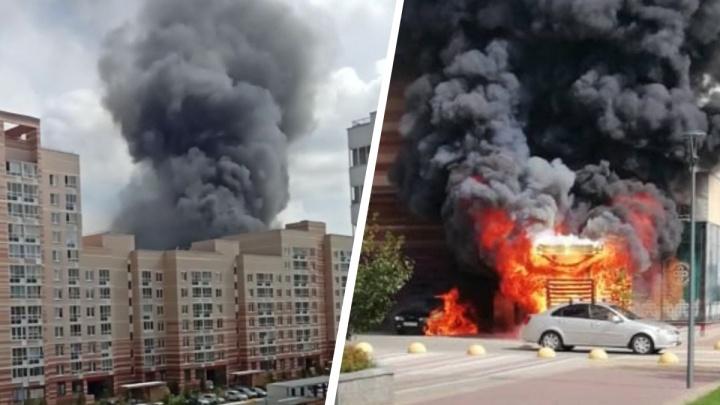 «Что-то взрывалось»: в Солнечном огонь с пристройки перекинулся на автомобиль