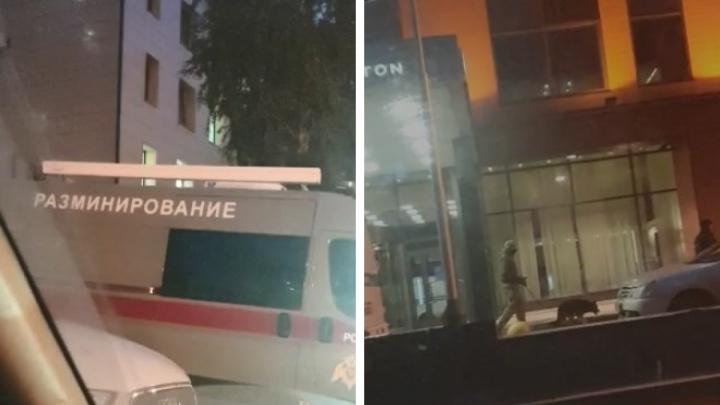 К гостинице Hilton в Новосибирске подъехала машина разминирования. Территорию обследуют кинологи