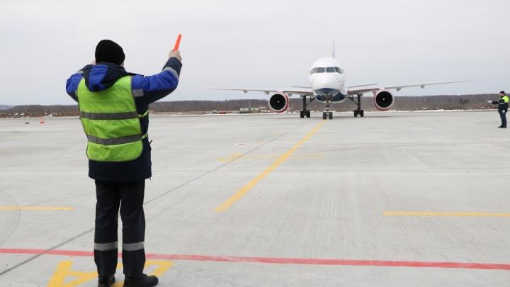 Самолет вернулся в аэропорт Стригино из-за отказа двигателя
