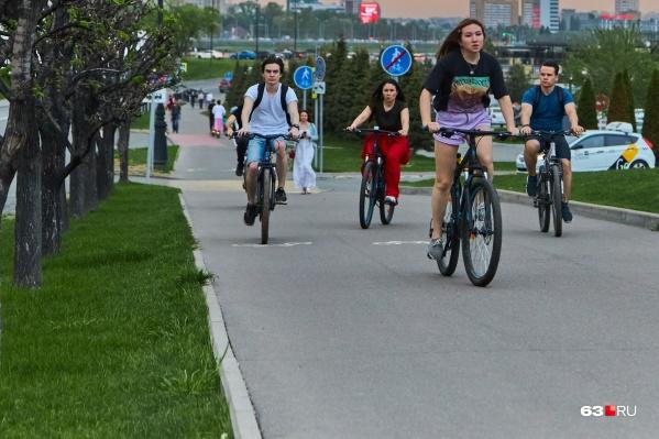 Юные велосипедисты создают помехи и пешеходам, и водителям
